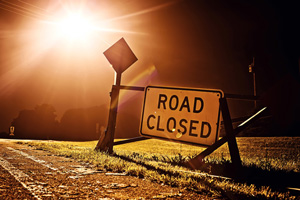 "Schlagbaum mit Schild ""Road closed"""